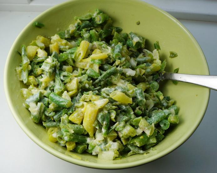 Salat med grønne bønner, løg og fløde